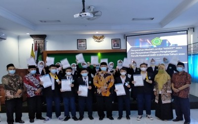 Kepala MTsN 1 Yogyakarta Menyerahkan Medali Kepada Pemenang AISEEF 2021
